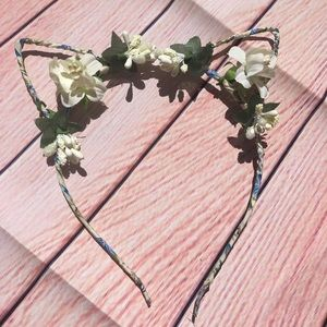 Other - 😼White cat ear headband NWT white flowers 🌺